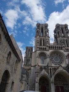 069 -  Laon - katedrála od západu - Notre Dame (90% zasvěc. ve Francii, 1155-1235, 5 z pův. sedmi věží, kruhová rozeta, bohaté figury vč. soch volků na hor.částech věží)