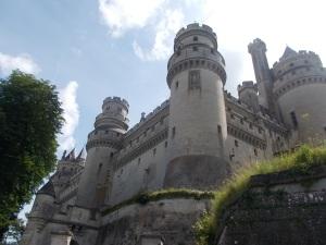 109 -  Pierrefonds - zámek od JZ z obvodové cesty (hrad 12.st., 1393-1407, 1857-61 novogoticky Violet-le-Duc a spolupr.)