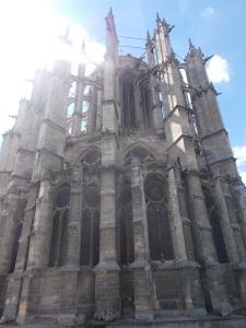 141 - Beauvais - katedrála - chór od JV, tenké opěráky v kleneb. systému - narušení statiky chybějící lodí (uvnitř novodobé opory)
