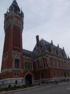 243 -  Calais - hotel de Ville, dnes radnice (předchozí klas. 1818, novorenes. 1911-25 na paměť sjednocení se st. Pierre 1885, vlámský styl, věž 74 m, od 2005 v UNESCO)