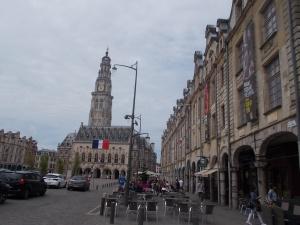 291 - Arras - Place des Héros od SV, vpr. S strana, v pozadí radnice (got.-ren. s věží do 1501-1517, opravy 19.st., 1867 Napoleon III. znovuinaugurace), věž 1554 Jacques le Caron