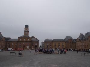 345 - 343 - Charleville-Méziéres - Place Ducale - pohled na východ (rané baroko do 1606, jednitný styl-27 pavilonů stylu Jindř. IV nebo Ludvíka XIII,Cl. Métezeau pro C. Gonzagu