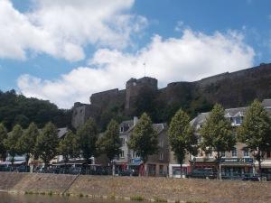 379 - Bouillon od JV - hrad od JV u řeky Semois, 3-4 skalní ostrožny (dol. 988, got. 13.-16.st.- po 1082 Godfroie z Bouillon, 17.st. zde i arch. Vauban)