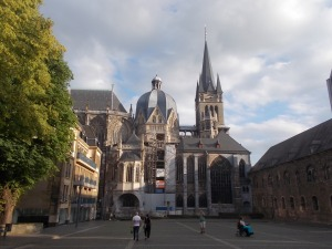 427 - Cáchy - dóm od SV z Katshhof, vl. gotický chór (1349-1414, vpr. karolínský oktagon 796-805, věž do 1884), vpr. pokladnice - zde busta a nůž Karla Velikého,Lotharův kříž aj.)