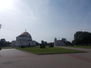 020 - Brest - jádro pevnosti od JV od památníků, vlevo kostel sv. Mikuláše (1851-76 D. Grimm, rus. bazilika, kupole, obn. 1924-9 J. Lisiecki), vpravo kostel sv.