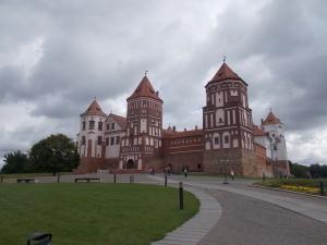 035 - Zámek Mir od SZ (16. stol., vodní hrad J. Iljiniče, po 1568 renes. úpravy, 1654 dobyt Kozáky, 18.st pošk. Švédy, 1891 úpr. N.S. Mirsky - park, palác)