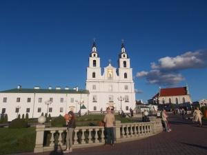 069 - Minsk - centrum od SZ, ul. Maksima Bahdanoviča, vl. katedrála sv. Ducha (bar. 1642-87 s býv. klášterem bernardinů, vl. býv. klášter baziliánů (got.-ren. po 1636 s k. sv. Ducha)