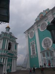 131 - Smolensk - nádvoří před chrámem Bohorodičky (Uspenský, Dormition, pozdně bar. do 1773, zvonice vlevo stejná doba-letopočet dole, kulatá okna, bar.-rokokový interiér)