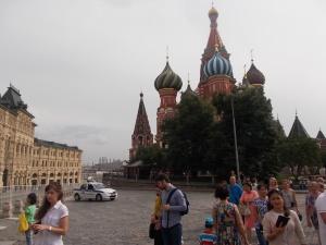 213 - Moskva - Rudé náměstí od SZ, k.V. Blaženého (1552-60 asi Postnik Jakovlev, 8 chrámů v jednom, 9. střední, symbol spojení kontinentů, autor po stavbě oslepen, 1860),vl. Gost.dvor