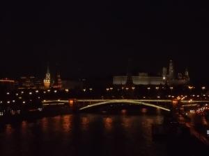 248 - Moskva - osvětlený Kreml od JV od řeky Moskvy (asi 1156 sídlo J. Dolgorukého, po 1326 sídlo patriarchů, po 1491 pro Ivana III. Velikého - 20 věží, brány, sídlo rus. státu a carů)