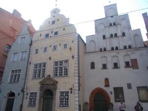 520 - Riga, Tři bratři 3 domy v ulici Maza Pils (upr. čp. 17 – gotický 15.-16.st., nejstarší ve městě, levý čp. 21 - barokní závěr 17.stol., pravý čp. 15 - renes. 1646, 19. stol.)